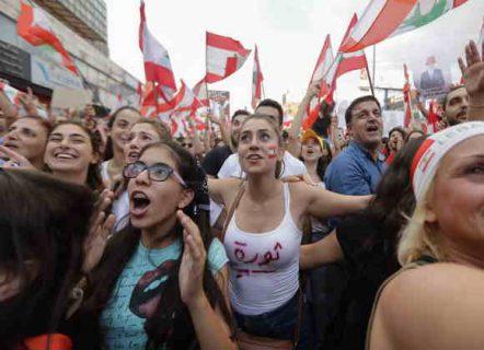 اللبنانيّون مُنزعجون من التعليقات العربية بعد وصف مُظاهراتهم بعروض الازياء
