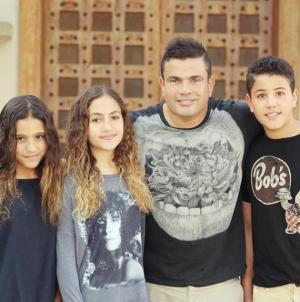 "بالفيديو والصور  ..  عمرو دياب يعيد غناء ""قمرين"" بحضور ابنيه عبد الله وكنزي"