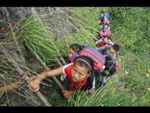 بالفيديو.. طريق المدرسة الأخطر في العالم!