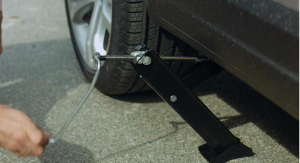 بالصور  ..  تعرف على الخطوات الست لاستخدام رافعة السيارة اليدوية بشكل آمن