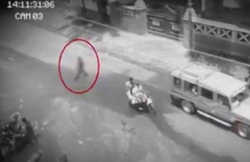 بالفيديو : رعب يدبّ في قلوب السكان بعد مشاهدتهم شبحاً يسير في الشارع !