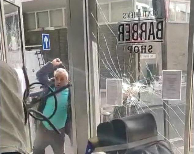 """""""حطموا الزجاج واعتدوا على صاحبه"""" ..  شاهد : هجوم وحشي على محل حلاقة في لندن"""