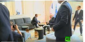 بالفيديو ..  رئيس الوزراء البريطاني يضع قدمه على الطاولة امام الرئيس الفرنسي ماكرون