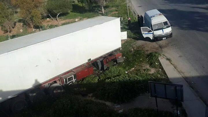 بالصور.. اربد : سقوط شاحنة عن جسر الرمثا