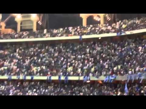 فيديو: جماهير الهلال ترمي ملعب الجوهرة بالقوارير احتجاجا على التحكيم