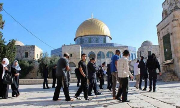 عشرات المستوطنين يقتحمون المسجد الاقصى تحت الحراسة