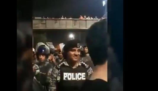 بالفيديو  .. مقطع مؤثر لدركي داهمته الدموع خلال اعتصامات الدوار الرابع