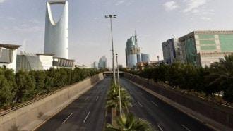 يُنفّذ غدًا ..  هذه شروط وطريقة استفادة الوافدين من إلغاء نظام الكفيل في السعودية