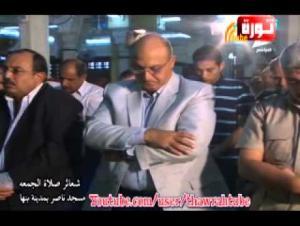 """بالفيديو.. خطأ في الصلاة يفجر """"بركان سخرية"""" على مدير أمن مصري"""
