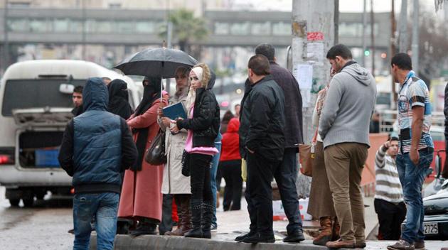 شكاوى من نقص المظلات في محطات انتظار الحافلات