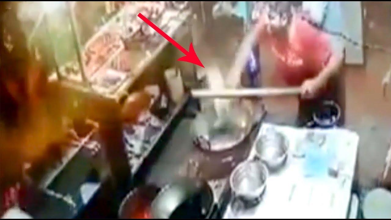 بالفيديو  ..  طباخ في مطعم يحرق زبوناً بالزيت الساخن لأنّ الطعام لم يعجبه