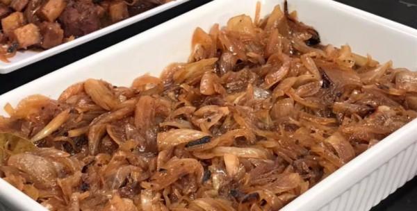 طريقة عمل البصل المكرمل لطاجن اللحمة
