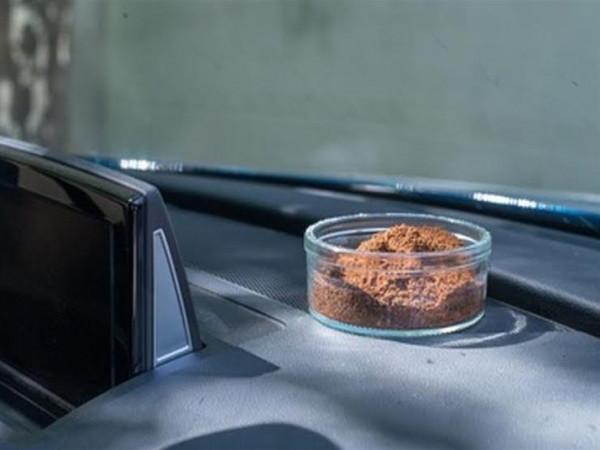 هل تقضي القهوة على الروائح الكريهة بسيارتك حقا؟
