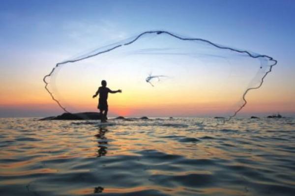 فيديو مُروع .. طريقة وحشية لصيد الأسماك تثير الغضب