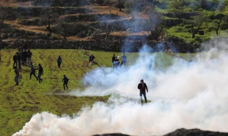 إصابة شاب بجروح والعديد بالاختناق خلال مواجهات مع الاحتلال في قرية المغير