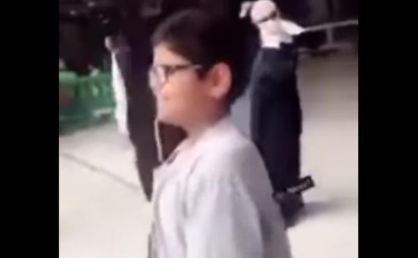 """بالفيديو  ..   رد فعل مؤثر لطفل رأى الكعبة لأول مرة """" دخل في نوبة بكاء هستيري"""""""
