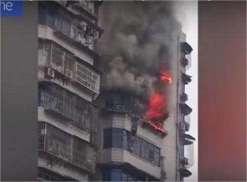 بالفيديو: يتدلى من الطابق 24 لينجو من حريق