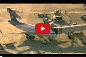 بالفيديو .. طرد أسرة عربية من طائرة أمريكية بسبب الشك بهم