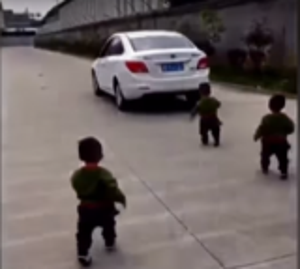 بالفيديو: 3 توائم يمنعون والدهم من الذهاب إلى العمل بطريقة مؤثرة