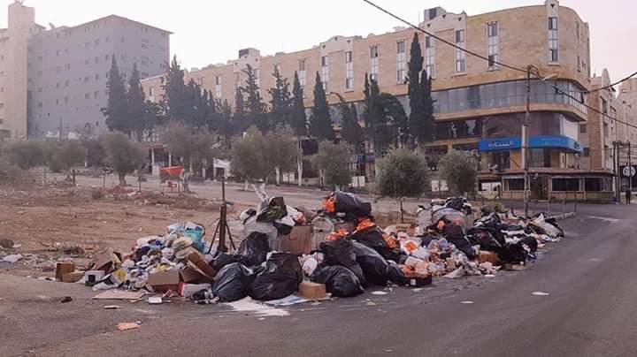 بالصور ..  أطنان من النفايات تهدد بكارثة بيئية وصحية في مدينة اربد