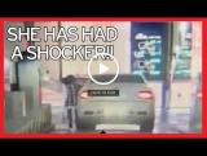 بالفيديو.. امرأة تحطم مركبة فاخرة في موقف للسيارات