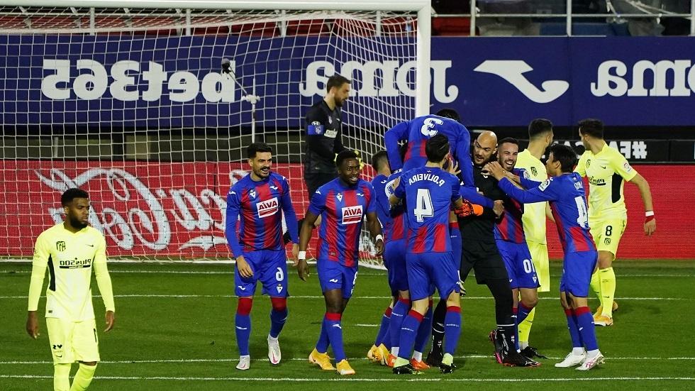 شاهد ..  حارس إيبار يسجل هدفا مبكرا في شباك أتلتيكو مدريد وسواريز يرد عليه
