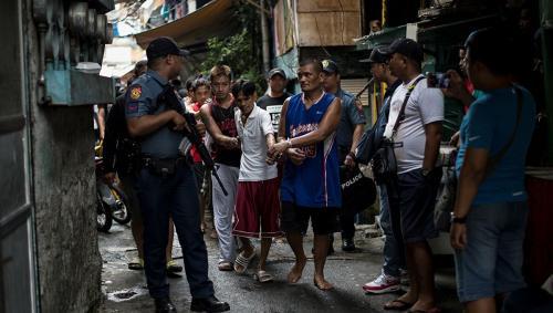 رجل يهاجم الشرطة بمنجل لأنهم طالبوه بارتداء قناع طبي