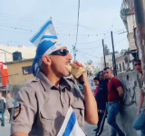 """بالفيديو  ..  صهيوني يحاول استفزاز المسلمين ويقوم بالإفطار """"علناً"""" في نهار رمضان أمام المارة"""