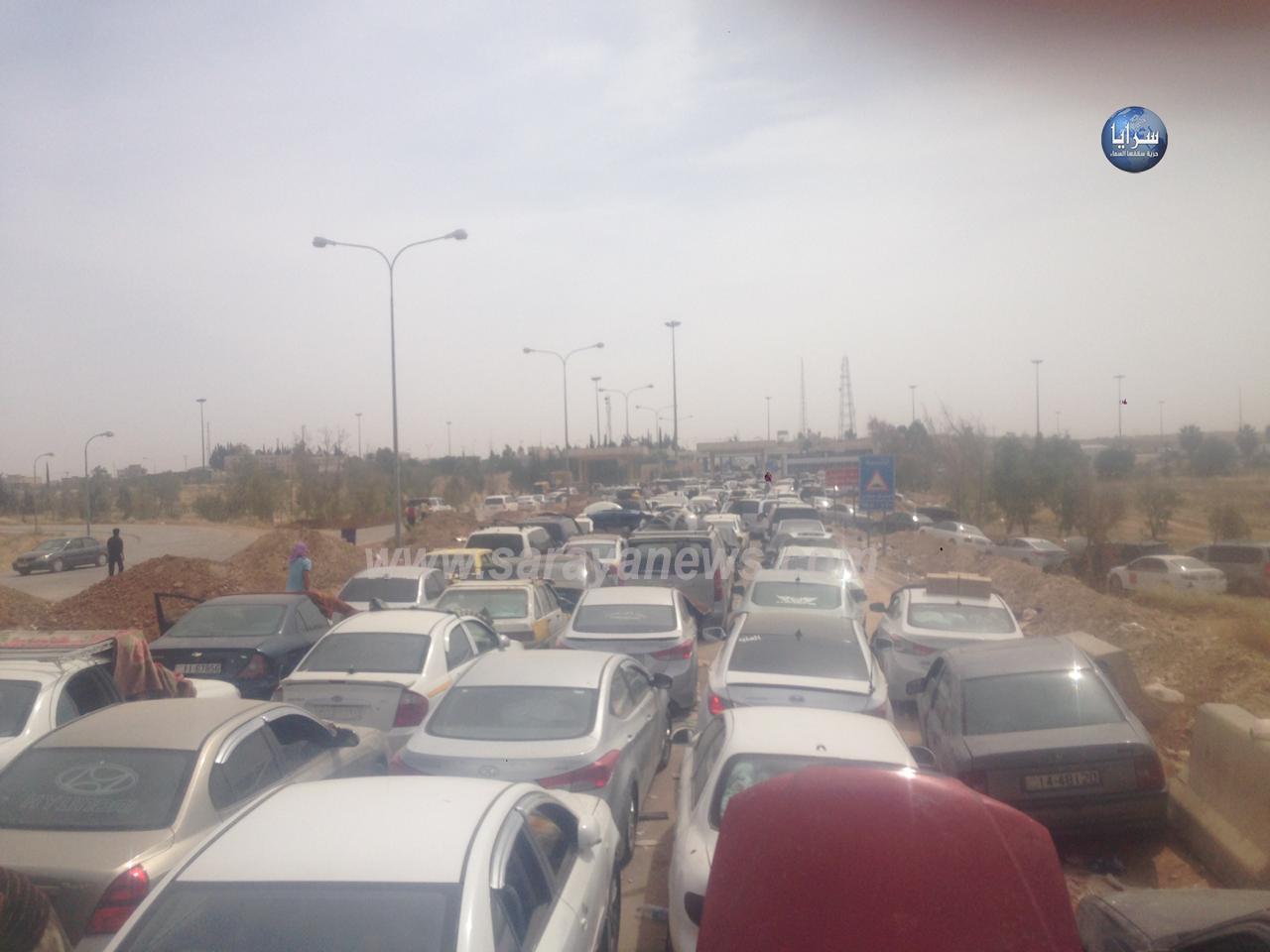 بالصور ..  مئات المركبات عالقة بين الحدود الأردنية والسورية منذ أربعة أيام