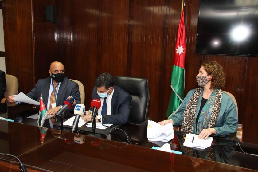وزير المياه والري يوقع اتفاقية استكمال تنفيذ شبكات صرف صحي والخطوط الناقلة /شفا بدران الحزمة الأولى والثانية بقيمة ( 6) مليون دينار