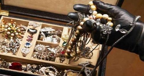 """عصابة سرقت مجوهرات بقيمة """"20 مليون درهم """" من فيلا في دبي  ..  وبهذه الطريقة تم القاء القبض عليهم"""