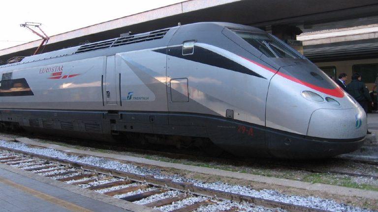 فيديو يحبس الانفاس  ..   اصطدام قطار بشاحنة علقت على السكة الحديدية 
