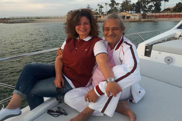 الفيشاوي يحتضن إلهام شاهين خلال رحلة بحرية ..  ومغردون: مراهقة متأخرة