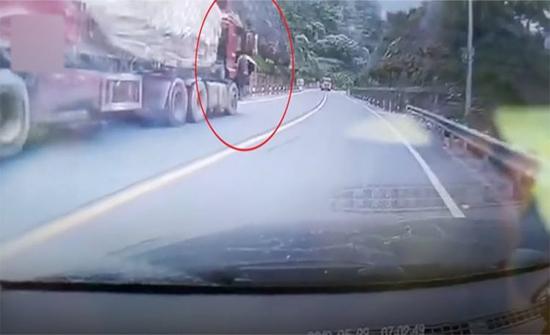 شاهد: عمل بطولي لإيقاف شاحنة بدون سائق في الصين