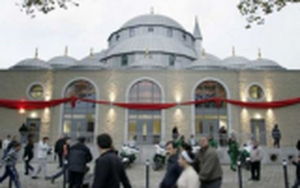 مجهول يحاول إحراق مسجد في ألمانيا