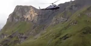 فيديو :شاهدوا بقرة تتدلى من طائرة هليكوبتر!