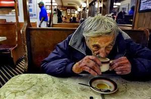 ركب كاميرا خفية داخل مطبخ منزله  ..  فاكتشف أن زوجته تسمم قهوته