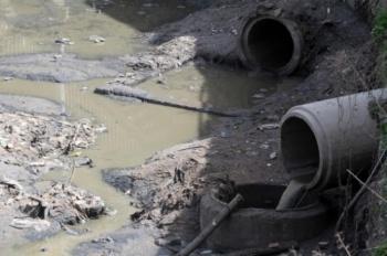صهاريج المياه العادمة تفرغ حمولتها بشبكة الصرف الصحي في المزار الجنوبي