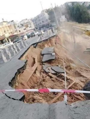 بالصور  ..  استمرار اغلاق شارع رئيسي بالسلط بعد انهياره وانقطاع المياه عن المنطقة