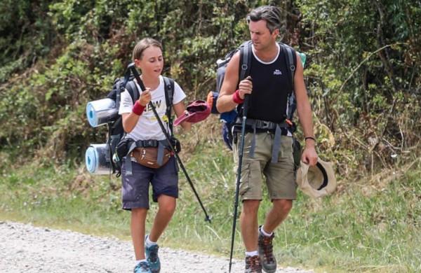 شاهد: طفل يسير 2800 كيلومتر على قدميه لرؤية جدته