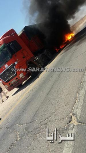 بالصور .. ارتفاع حرارة الجو يؤدي الى اشتعال النيران باطارات شاحنة في الشيدية