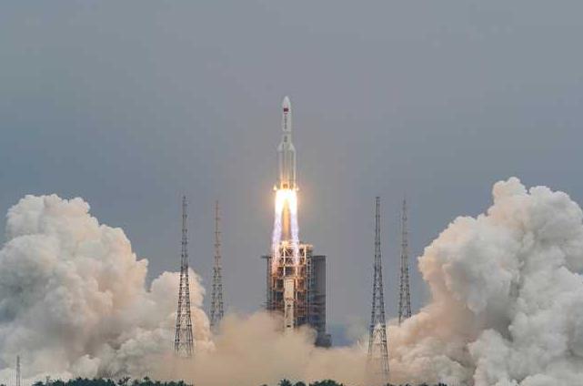 """ما حقيقة تفكك """"الصاروخ الصيني"""" فوق بحر العرب بعد دخوله """"الغلاف الجوي""""؟  ..  صور و فيديو"""