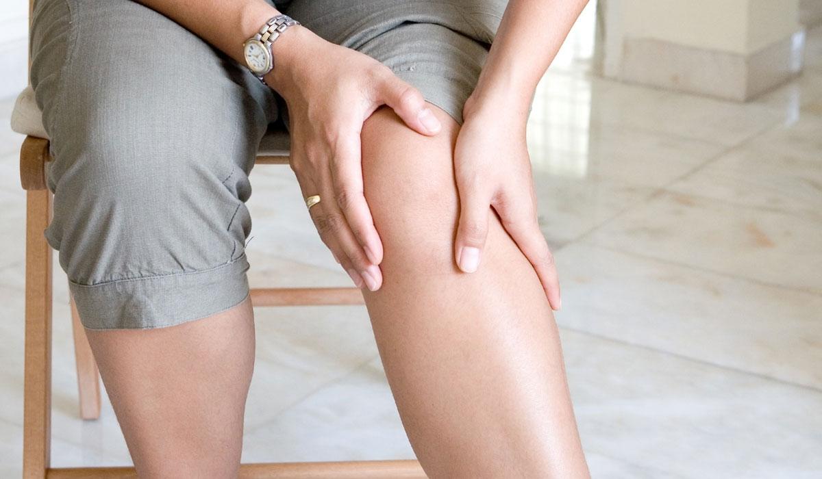 هل تسمع أحياناً صوتاً من ركبتك عند تحريكها؟ تعرف على أعراض الاصابة بخشونة الركبة