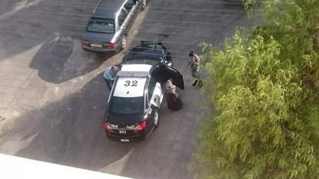 عمان : شاب و فتاة يتبادلان قبلات ساخنة و الاحضان على جانب الطريق داخل سيارة   ..  و الامن يضبط الشاب