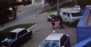 بالفيديو.. لحظة اختطاف طالبة مدرسة بسيارة لإرغامها على الزواج من شاب معجب بها