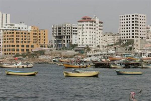 زوارق الاحتلال تصيب 4 صيادين جنوب  قطاع غزة