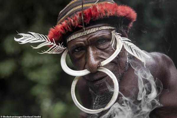 صور صادمه  ..  قبيلة أندونيسية تأكل لحوم البشر تجبر النساء علي قطع أصابعهن