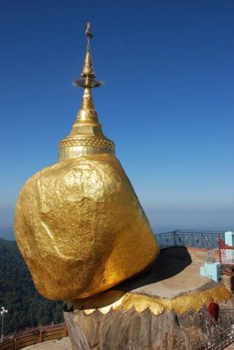 """بالصور ..  """"صخرة الشعرة الذهبية"""" أسطورة بورما الخادعة لسياح العالم"""