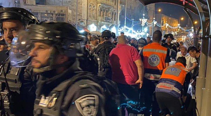 بالفيديو ..  الاحتلال الاسرائيلي يهاجم الفلسطينيين في باب العمود ويصيب شابا
