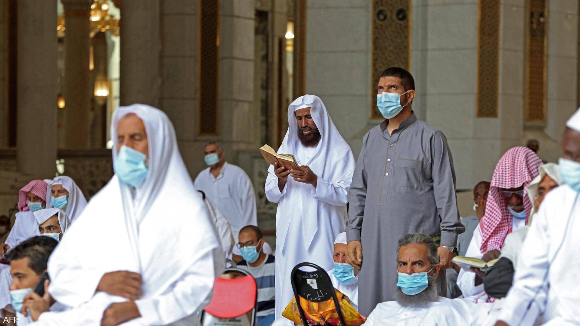 بعد إصابة مصلين بكورونا ..  السعودية تغلق 12 مساجدا